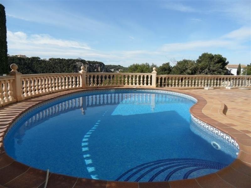 Esta es una villa muy grande en dos niveles con impresionantes vistas a la bahía de Jávea.